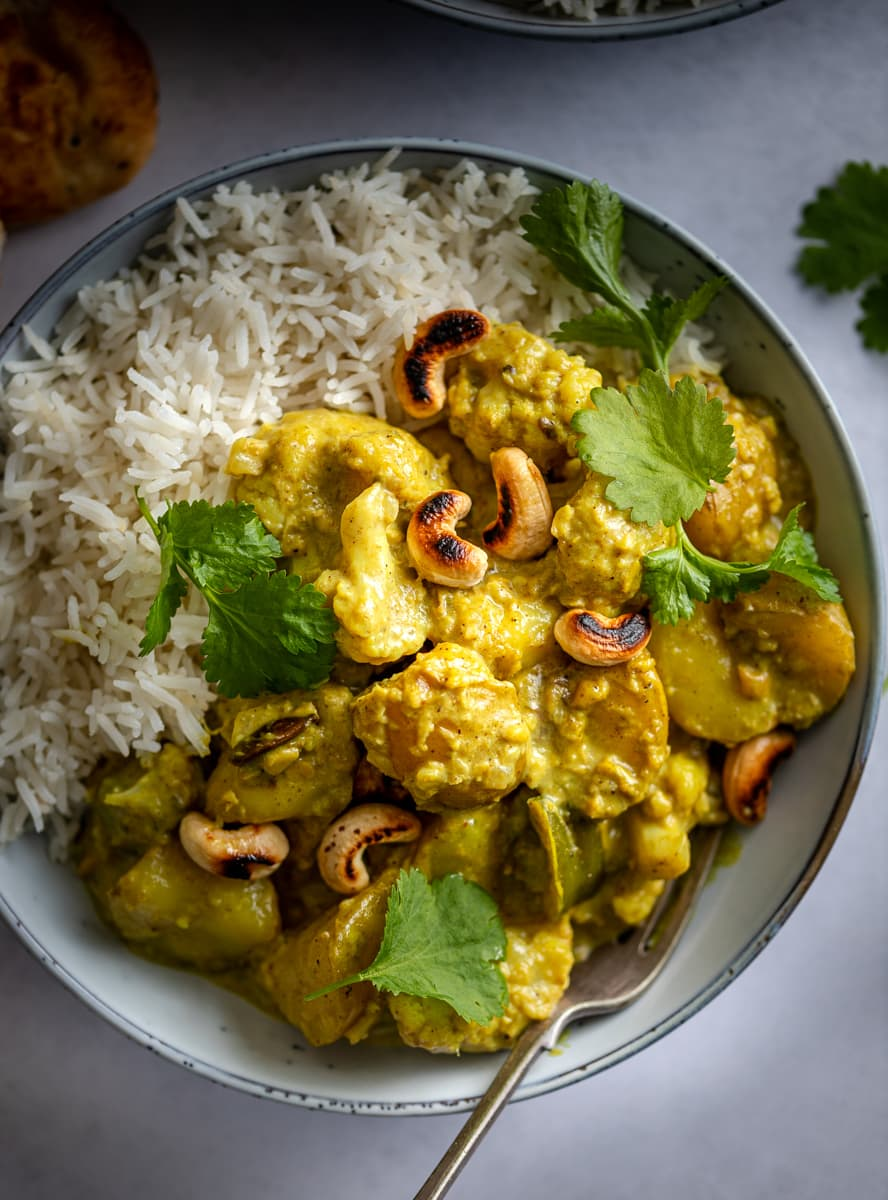 Cauliflower, potatoes, green pepper serves in a curry sauce served with rice