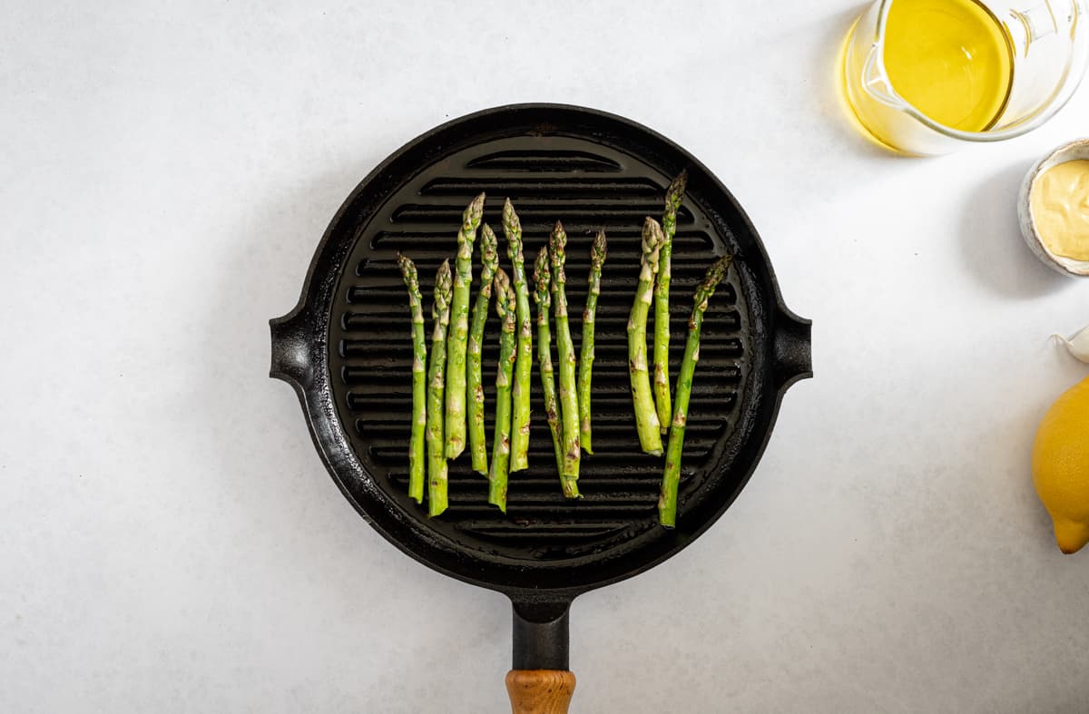 Asparagus in a griddle pan